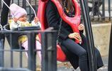 布萊德利·庫珀一家超甜蜜女兒騎在爸爸脖子上媽媽和女兒盪鞦韆