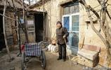 山東農村77歲大娘養4個兒子,獨住60年老房子,家裡老物件多