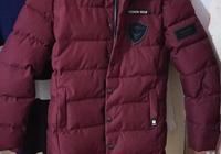 酒红色棉衣长款外套怎么搭配,裤子和鞋子还有,外套里面穿什么颜色,男的21有点黑?