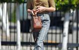 """艾瑪·羅伯茨穿著印花上衣+高腰闊腿庫,時尚穿搭腿長""""兩米"""""""