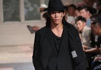 向佐登上巴黎時裝週Y3秀場,絲毫不遜色於模特的表現,顯時尚魅力