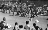 老照片:日本刊物出現鬼子進城時,國民歡呼雀躍,熱烈歡迎的舊照