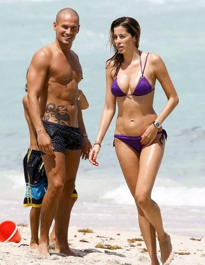 女星阿依達一家海邊度假被拍,網友直呼:當媽後的她更有魅力了!