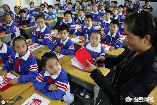 高一的學生在宿舍玩手機被老師沒收,家長去問了也拿不回來,說要畢業才能拿這樣合理嗎?