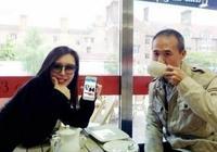 68歲王石和嬌妻田樸珺恩愛同框,一身黑超插兜耍帥盡顯年輕活力!