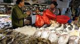 週末青島海鮮市場生意紅火 鮁魚25元一斤 蛤蜊10元兩斤 種類齊全
