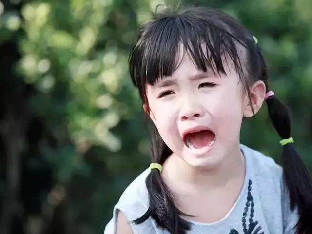 孩子當眾撒潑哭鬧讓人崩潰?試試這3招