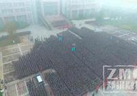 鄭州大學萬人升旗儀式 幾十人抬車是怎麼回事?