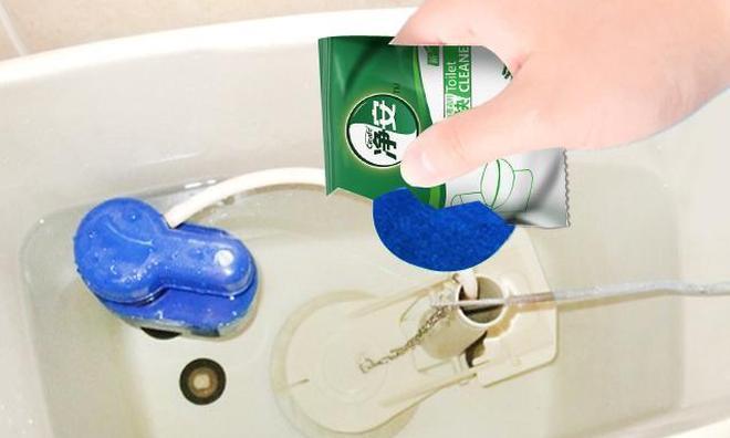 """馬桶周邊最容易藏汙納垢?聰明主婦都用""""它"""",打理的無臭無味!"""