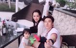 白冰和老公丁一帶女兒海邊度假,好幸福的一家人