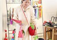 42歲大S逆生長!襯衫裙配草莓包少女感爆棚,與20年前的杉菜沒差