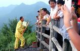 """湖南男子變身""""蜘蛛俠"""",穿過僅10公分懸崖峭壁,為遊客上龍頭香"""