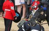 英國女王生日皇家閱兵慶典舉行 一名騎兵從馬背上摔下受傷