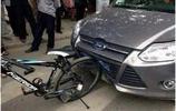 汽車追尾自行車,汽車報廢,自行車毫髮無損