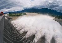 三峽大壩放水時,為什麼一定要把水噴向天空?很多人都猜錯了