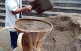 湖北宜昌:農民工用揹簍背運砂石料 孩童聚在一起看手機