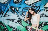 每日一圖—活力帥氣女生時尚滑板運動 酷炫十足