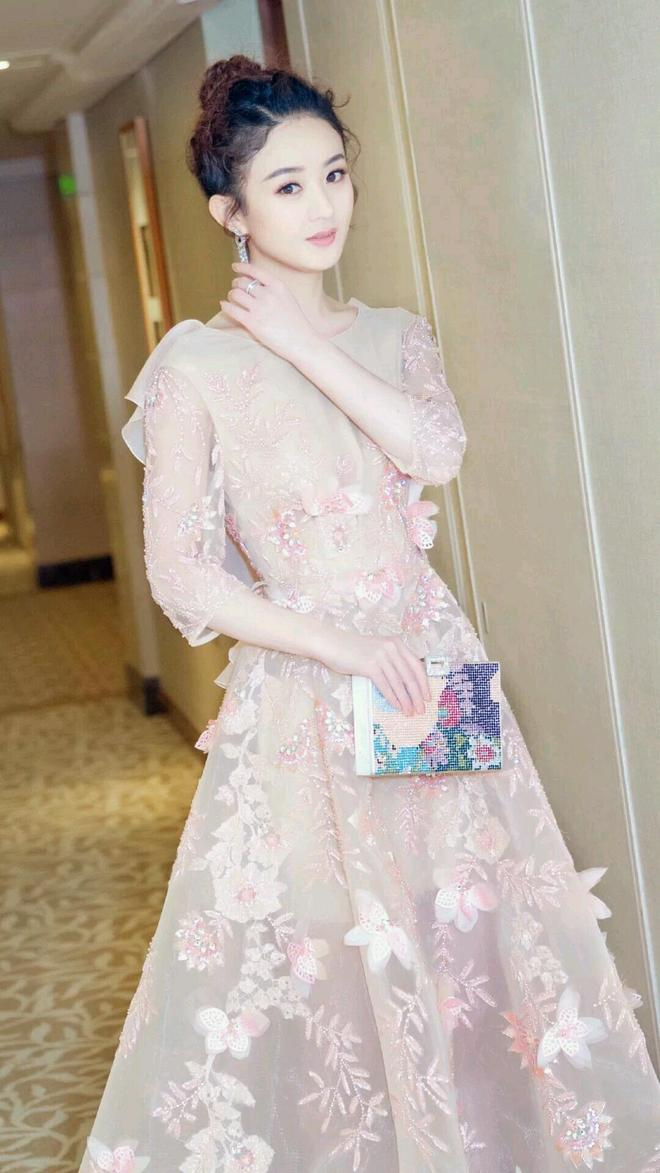 趙麗穎身穿粉色禮服 仙氣飄飄少女感十足