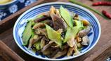 炒平菇不放肉也能好吃到爆,這道菜我家吃了十幾年都沒吃夠