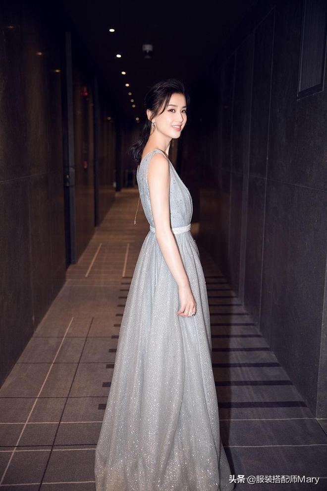 黃聖依穿銀色亮片連衣裙出席活動,浪漫邂逅華美英倫風