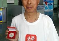 """上海保安助走失老太回家 頭條尋人為他頒發""""尋人之星""""獎章"""