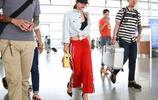 蔡依林著紅色闊腿褲踩細高跟 機場露馬甲線秀小蠻腰 美得窒息