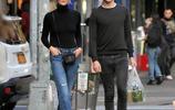 超模卡莉·克勞斯和男友現身街頭,小KK白髮配黑超帥氣