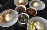 帶全家在曼谷一家有名的蓋飯小店吃頓飯!101元的午餐,不咋地!
