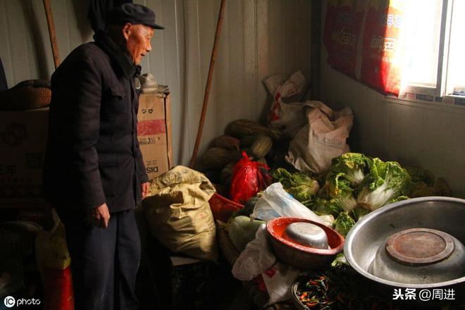 8旬夫妻辛苦養育了4兒1女,老了被趕出家門,簡易棚屋裡艱難度日