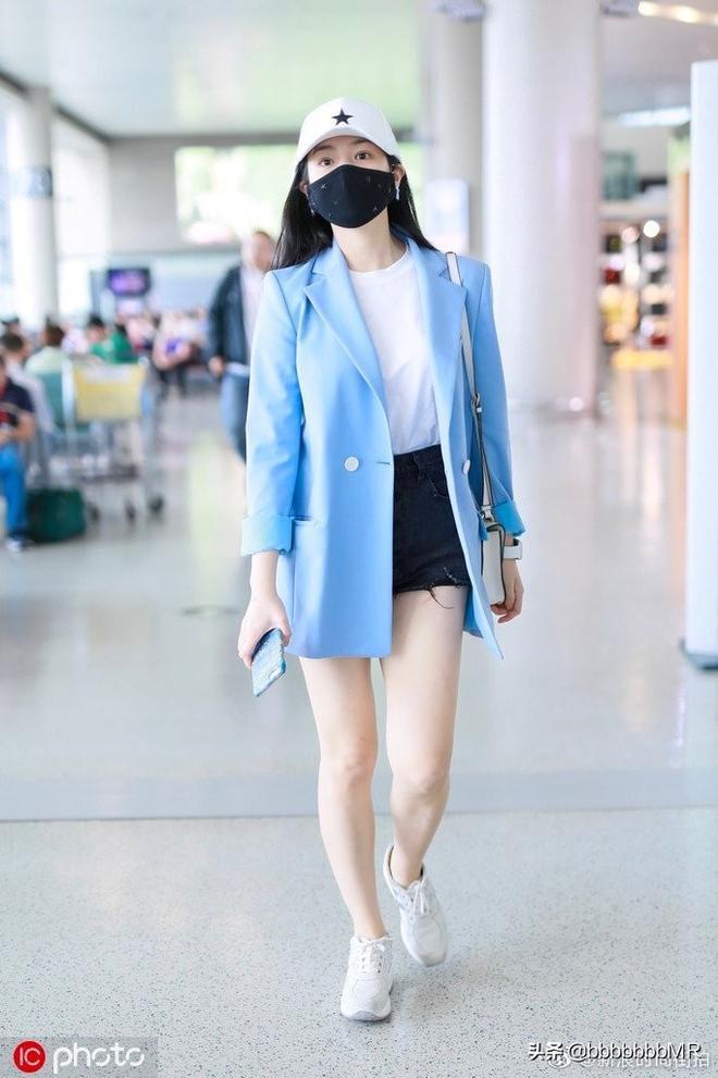 陳妍希現身機場,白tee內搭搭配黑色熱褲 清新怡人