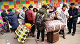 過完年務工人員進城找工作 拖著行李就來了 外賣小哥也想來看看