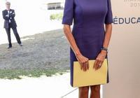 66歲法國第一夫人有著20歲身材!穿藍裙亮相如少女,馬克龍寵得唄