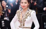 劉濤霸氣現身戛納紅毯!一身白色禮服驚豔無比,神采奕奕年輕20歲