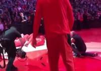 猛龍隊的入場儀式,小加知道怎麼做了,首秀的林書豪做起了俯臥撐