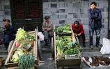 明清風貌老街上老農賣自種的菜,連遊客都會買一點帶回家