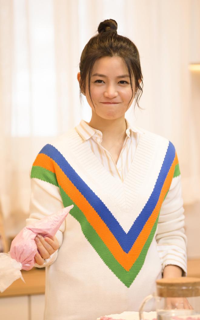 陳妍希節目宣傳美圖,身穿一款白色心形毛衣甜美清新