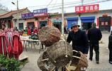 85歲老人編筐集市上賣20元一個,最大心願孫娶媳婦、家庭四世同堂