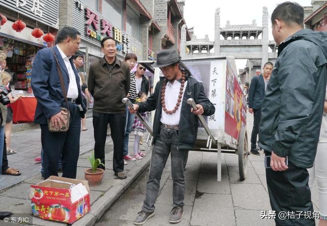 """57歲的謝建光手拉""""房車"""" 行30萬公里,""""驢行""""中國30餘年"""