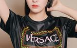 張碧晨活動宣傳美圖,黑色T恤搭配橘色皮裙時尚靚麗