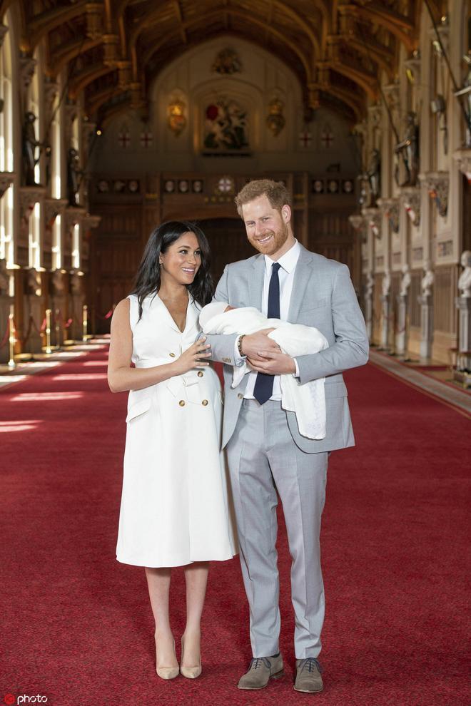 打破皇室傳統!哈里梅根為兒子取名阿爾奇,女王看望曾孫滿眼是愛