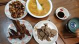 媳婦回孃家,約同事來家喝酒,一共四個菜兩個人喝了一斤多二鍋頭