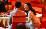 范冰冰與李晨同框秀恩愛,冰冰吐舌頭表情亮了,這手放哪呢?