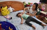 因為沒生兒子,母女被趕出家門,走投無路來到江邊,女兒:你先跳