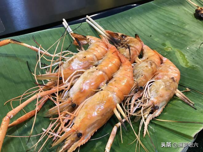 """曼谷夜市""""烤蝦""""美食真不少!花20泰銖買串蝦頭,媳婦有點失望!"""