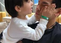 """《爸爸去哪兒》結束那麼久,向佐與素人""""兒子""""李亦航互動還是這麼暖心!"""