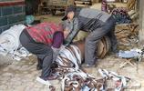 魯北農村77歲大爺和老伴辛苦一天掙20元錢,兒媳出車禍落殘疾
