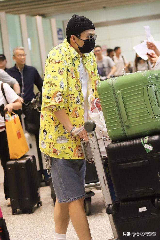 太低調了吧!徐璐、張銘恩同航班卻分開走,同穿黃色單品離幾米遠