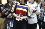 楊紫機場偶遇王俊凱獲超多粉絲圍追滿臉羨慕,秒變表情包好可愛