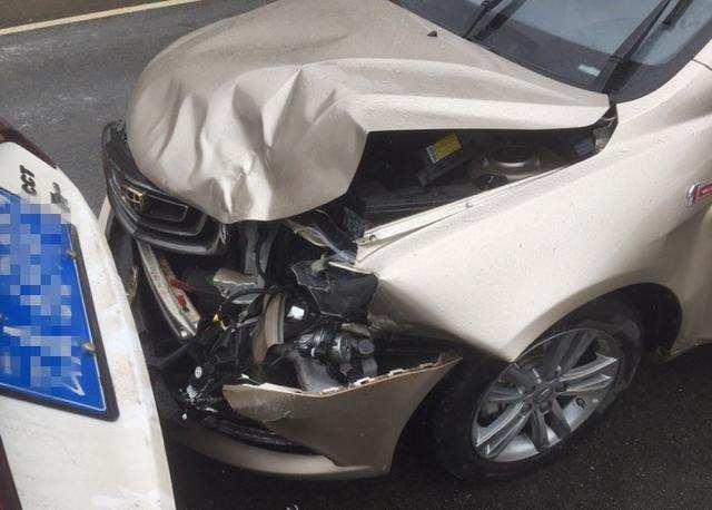 吉利帝豪追尾比亞迪G5,車主:同樣是國產車,為什麼差距如此之大