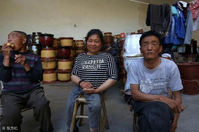 帶婆家傻哥哥和再婚丈夫一起生活10年,用凳子走路的她讓人敬佩